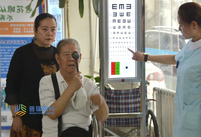 75岁老人,视力从0.08到0.8